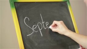 Σπουδαστής που γράφει στο μεγάλο πίνακα στο σχολείο, πίσω στο σχολείο, την πρώτος Σεπτεμβρίου απόθεμα βίντεο