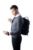 Σπουδαστής που εξετάζει έκπληκτος το smartphone Στοκ φωτογραφία με δικαίωμα ελεύθερης χρήσης