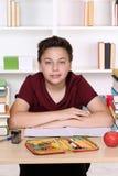 Σπουδαστής που εξετάζει σοβαρός το σχολείο στοκ εικόνες