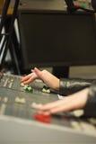 Σπουδαστής που εργάζεται στα υγιή επίπεδα ρύθμισης γραφείων στο στούντιο Στοκ εικόνα με δικαίωμα ελεύθερης χρήσης