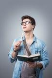 Σπουδαστής που διαβάζει ένα βιβλίο Στοκ Φωτογραφία