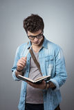 Σπουδαστής που διαβάζει ένα βιβλίο Στοκ φωτογραφίες με δικαίωμα ελεύθερης χρήσης