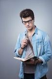 Σπουδαστής που διαβάζει ένα βιβλίο Στοκ φωτογραφία με δικαίωμα ελεύθερης χρήσης