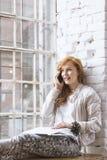 Σπουδαστής που μιλά πέρα από το τηλέφωνο από το παράθυρο Στοκ φωτογραφίες με δικαίωμα ελεύθερης χρήσης
