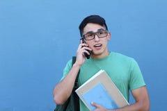 Σπουδαστής που μιλά στο τηλέφωνο με την έκπληξη Στοκ Φωτογραφία