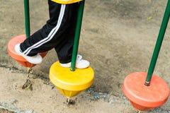 Σπουδαστής που περπατεί στον εξοπλισμό παιδικών χαρών Στοκ φωτογραφία με δικαίωμα ελεύθερης χρήσης