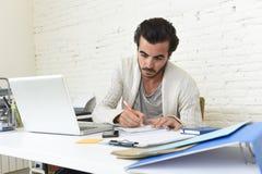 Σπουδαστής που προετοιμάζει την πανεπιστημιακή εργασία επιχειρηματιών προγράμματος ή hipster ύφους freelancer με το lap-top Στοκ εικόνα με δικαίωμα ελεύθερης χρήσης