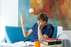 Σπουδαστής που ρίχνει μακριά τις σημειώσεις στοκ εικόνα με δικαίωμα ελεύθερης χρήσης