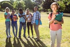 Σπουδαστής που φοβερίζεται από μια ομάδα σπουδαστών Στοκ φωτογραφίες με δικαίωμα ελεύθερης χρήσης