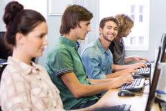 Σπουδαστής που χαμογελά στη κάμερα στην κατηγορία υπολογιστών Στοκ φωτογραφίες με δικαίωμα ελεύθερης χρήσης