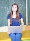 Σπουδαστής που χρησιμοποιεί το lap-top στοκ φωτογραφία με δικαίωμα ελεύθερης χρήσης