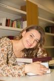 Σπουδαστής στη βιβλιοθήκη Στοκ Εικόνα