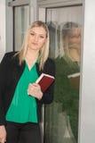 Σπουδαστής στη βιβλιοθήκη Στοκ Φωτογραφία
