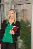 Σπουδαστής στη βιβλιοθήκη Στοκ εικόνα με δικαίωμα ελεύθερης χρήσης