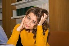Σπουδαστής στη βιβλιοθήκη Στοκ φωτογραφία με δικαίωμα ελεύθερης χρήσης
