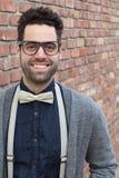Σπουδαστής Nerd που κάνει ένα αστείο αδέξιο πρόσωπο χαμόγελου - εικόνα αποθεμάτων Στοκ Εικόνες