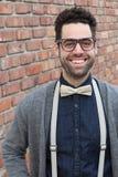 Σπουδαστής Nerd που κάνει ένα αστείο αδέξιο πρόσωπο χαμόγελου - εικόνα αποθεμάτων Στοκ Φωτογραφίες