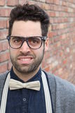 Σπουδαστής Nerd που κάνει ένα αστείο αδέξιο πρόσωπο χαμόγελου - εικόνα αποθεμάτων Στοκ Φωτογραφία