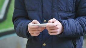 Σπουδαστών στο κύτταρο ή το κινητό τηλέφωνο απόθεμα βίντεο