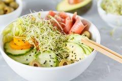 Σπρώξιμο σολομών με το ρύζι, το αβοκάντο και τους νεαρούς βλαστούς Στοκ Φωτογραφία
