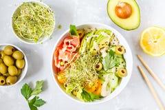 Σπρώξιμο σολομών με το ρύζι, το αβοκάντο και τους νεαρούς βλαστούς Στοκ Εικόνα
