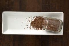 Σπόροι λιναριού που ανατρέπουν από το εμπορευματοκιβώτιο, άνωθεν Στοκ Εικόνες