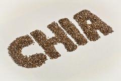 Σπόροι και λέξη Chia στον άσπρο καμβά στοκ φωτογραφία