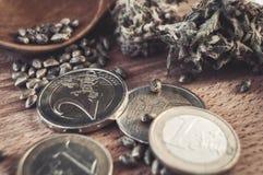 Σπόροι και χρήματα καννάβεων Στοκ φωτογραφία με δικαίωμα ελεύθερης χρήσης