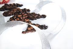 Σπόροι καφέ με το χριστουγεννιάτικο δέντρο στοκ φωτογραφία