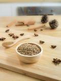 Σπόροι κορίανδρου στο ξύλινο κύπελλο στοκ εικόνες