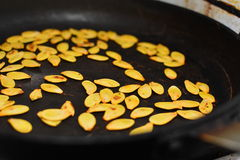 Σπόροι κολοκύθας στο τηγάνι (στενός επάνω) Στοκ Εικόνες