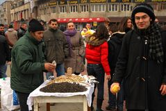 Σπόροι που πωλούν το άτομο που υποβάλλει μια προσφορά σε ένα bypasser Στοκ Εικόνες