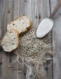 Σπόροι σίκαλης με τις φέτες του ψωμιού και του αλευριού Στοκ Φωτογραφίες