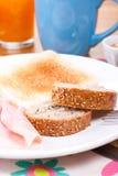 Σπόροι σουσαμιού και λιναριού στο ψωμί προγευμάτων Στοκ φωτογραφία με δικαίωμα ελεύθερης χρήσης