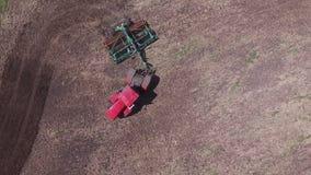 Σπόροι σποράς γεωργικών τρακτέρ και καλλιέργεια του τομέα απόθεμα βίντεο