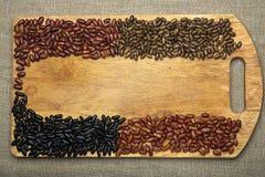Σπόροι φασολιών που βρίσκονται σε έναν τέμνοντα πίνακα Στοκ φωτογραφίες με δικαίωμα ελεύθερης χρήσης
