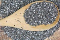 Σπόροι Chia με το ξύλινο κουτάλι Στοκ εικόνες με δικαίωμα ελεύθερης χρήσης