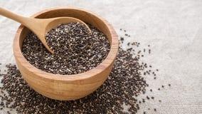 Σπόροι Chia στο ξύλινο κύπελλο στοκ εικόνες με δικαίωμα ελεύθερης χρήσης