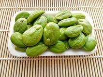 Σπόροι Sato, σπόροι speciosa Parkia ή πικρό φασόλι στα κάγκελα μπαμπού Στοκ Φωτογραφία