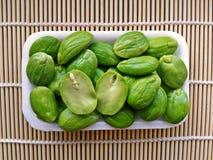 Σπόροι Sato, σπόροι speciosa Parkia ή πικρό φασόλι στα κάγκελα μπαμπού Στοκ Φωτογραφίες