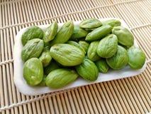 Σπόροι Sato, σπόροι speciosa Parkia ή πικρό φασόλι στα κάγκελα μπαμπού Στοκ φωτογραφία με δικαίωμα ελεύθερης χρήσης