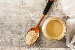 Σπόροι Tahini και σουσαμιού στο ξύλο στοκ εικόνες με δικαίωμα ελεύθερης χρήσης