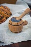 Σπόρος παπαρουνών στα ξύλινα εμπορευματοκιβώτια σε έναν καφετή πίνακα Στοκ φωτογραφία με δικαίωμα ελεύθερης χρήσης