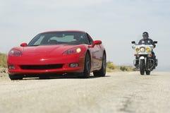 Σπόλα κυκλοφορίας που χαράζει το αθλητικό αυτοκίνητο στοκ εικόνες