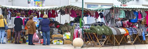 Στάβλοι simoni-αγοράς με τον ιματισμό στοκ φωτογραφία