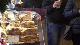 Στάβλος τροφίμων στην αγορά Χριστουγέννων με τους ανθρώπους που περνο απόθεμα βίντεο
