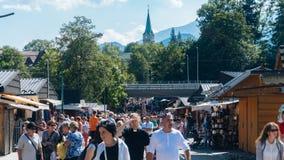 Στάβλοι αγοράς με τους τουρίστες, το μέλι και τα τουρσιά σε Zakopane Στοκ Εικόνες