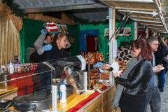 Στάβλος αγοράς Χριστουγέννων του Μάντσεστερ που πωλεί τα γερμανικά τρόφιμα Στοκ Εικόνες