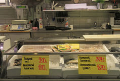 Στάβλος με τα παγωμένα ψάρια στην αγορά, Oulu Στοκ εικόνα με δικαίωμα ελεύθερης χρήσης