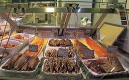 Στάβλος με τα τηγανισμένα ψάρια στην αγορά, Oulu Στοκ φωτογραφία με δικαίωμα ελεύθερης χρήσης